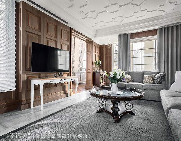 壁面上的刷色木皮也成为电视墙,下方搭配优雅的古典矮柜,与客厅里的弧形茶几、地毯共构一幅欧式情境。