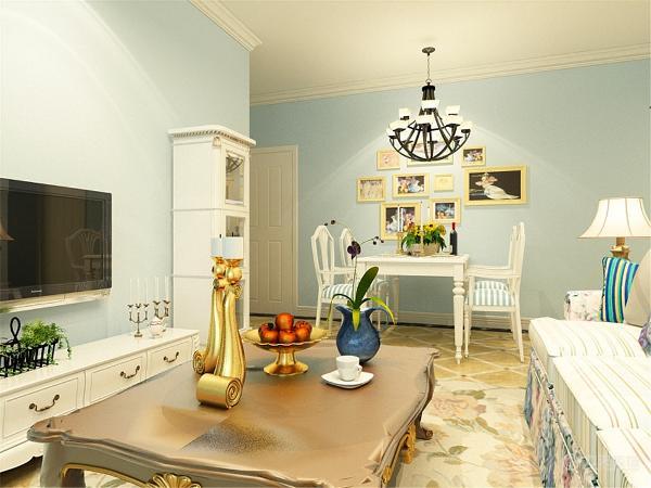 本次的设计风格是地中海风格。客厅以浅蓝色为主,地上斜铺了米黄色的地砖