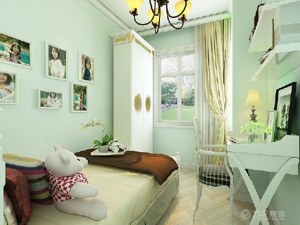 接下来是一个次卧,次卧放一张单人床、衣柜以及书桌椅。摆设较为简单,活动范围也足够。而且房间里有一个窗户,通风效果和采光效果也会非常好的。