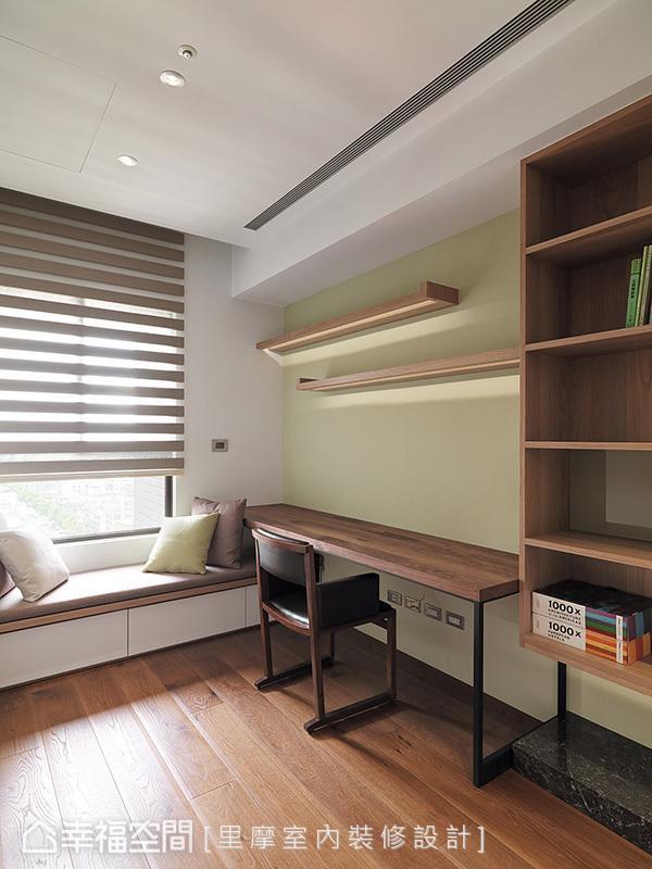 除了阅读区,还特别设计一处临窗卧榻区,赋予书房拥有休闲、惬意的美好时光。