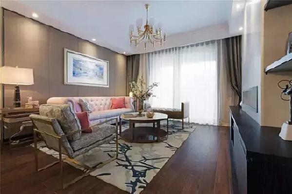 客厅中粉色的沙发非常抢眼,仿佛一下就开启了粉嫩的少女心,在宽大的中式家具中显得尤其轻盈。