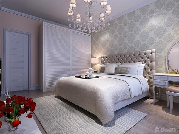 """本案色彩的运用以白色。色彩被称作是室内设计的""""灵魂""""。它是室内设计中最为生动、最为活跃的因素,具有举足轻重的地位。成功的色彩设计是既能满足大家的审美要求又是居住者的个性表达。"""