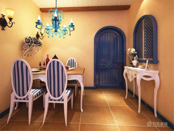 餐厅部分墙面、地面、吊顶都是沿用了客厅区的设计,餐桌也是典型地中海风格搭配的蓝白色调。