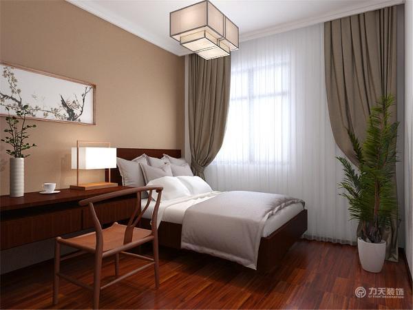 卧室采用木地板,同时做了木质的围墙,整体没有太多的造型,更加的舒适方便。墙体用相框进行点缀,是空间彰显雅致大气。