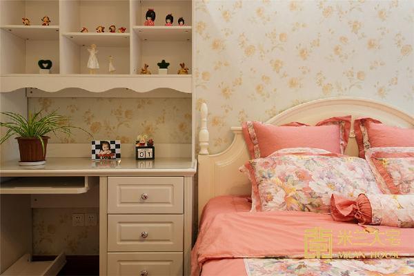儿童房部分设计师考虑到业主家孩子是个女孩儿,所以整个房间的大体色调都偏温和性,包括墙纸的选取都是柔和型