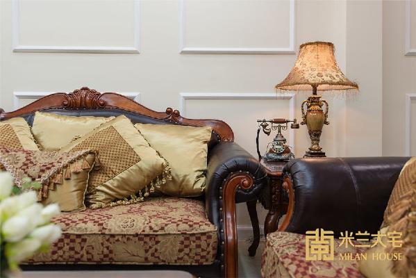 软装配饰上从美学角度出发,搭配了较为稳重、大气、美观的美式风格家具以及特设装饰品,将整个空间装饰的温馨而又舒适