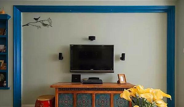 ▲ 特别的电视背景墙,混搭中式鼓凳和电视柜,感觉很出众