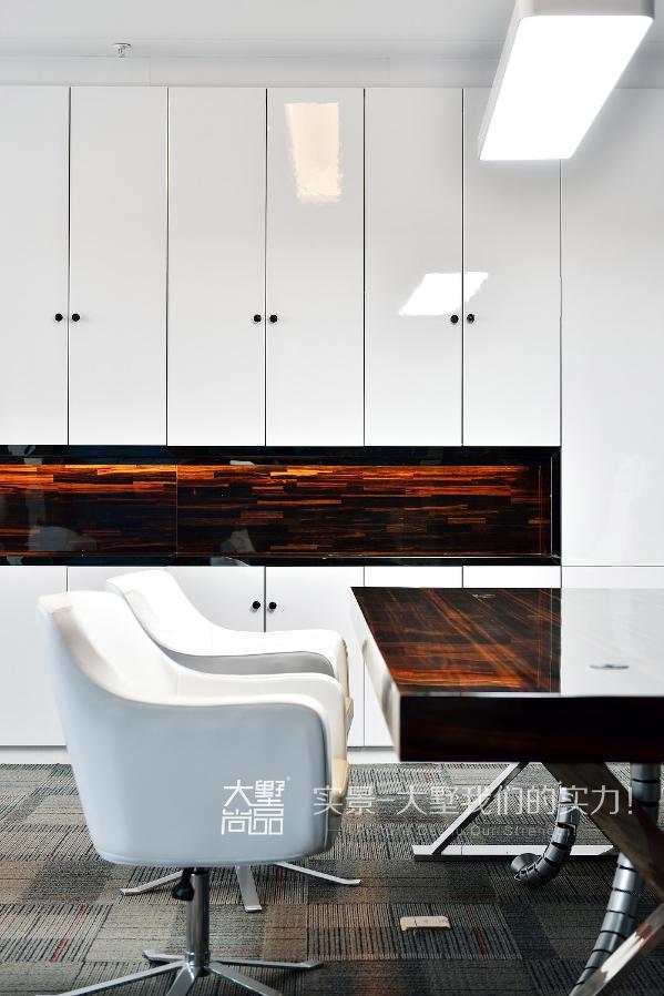 桌椅线条利落简洁,不带太多曲线,造型富含哲学意味,极简的黑白灰带来另一种低调的宁静感。会客区域采用了简单舒适的家具,摒弃不必要的浮华,保持了空间的简洁,赋予沉稳内敛的氛围。