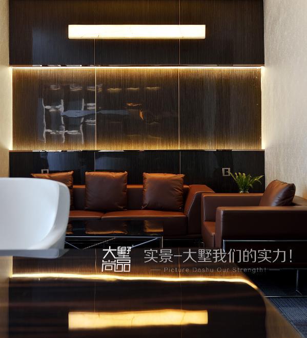 办公桌椅线条利落简洁,不带太多曲线,造型富含哲学意味,极简的黑白灰带来另一种低调的宁静感。会客区域采用了简单舒适的家具,摒弃不必要的浮华,保持了办公室空间的简洁,赋予沉稳内敛的氛围。