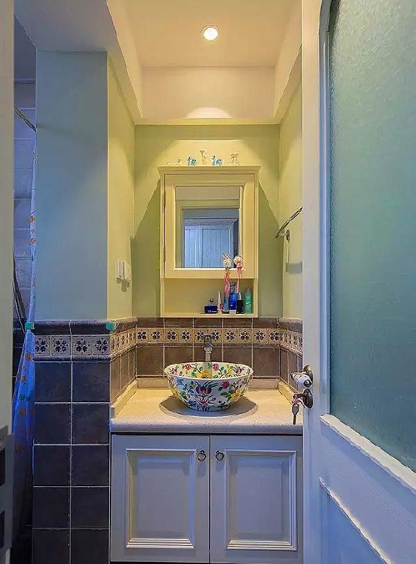 ▲ 卫生间干区,用半墙瓷砖搭配半墙乳胶漆,面盆选择很出彩