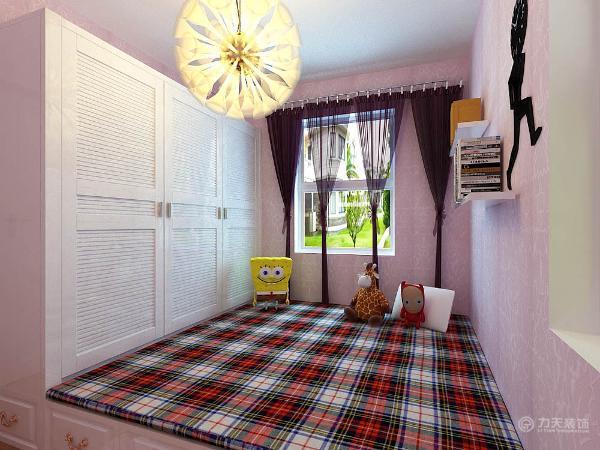 我在整体的家具选择上选用了白色的简欧家具,褪去奢华,更具有现代时尚感。软包则是欧式风格中不可缺少的装饰材料,在电视背景墙上,运用了紫色的绒布软包,白色不锈钢条压边,使电视背景墙更具现代感。