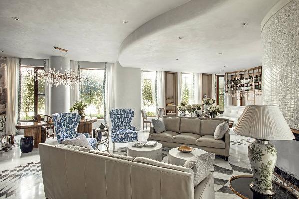 为不使空间过于清淡而产生距离和孤独感,设计师为空间设置足够的背景和小品,让身在其中的宾客有些许包围感。