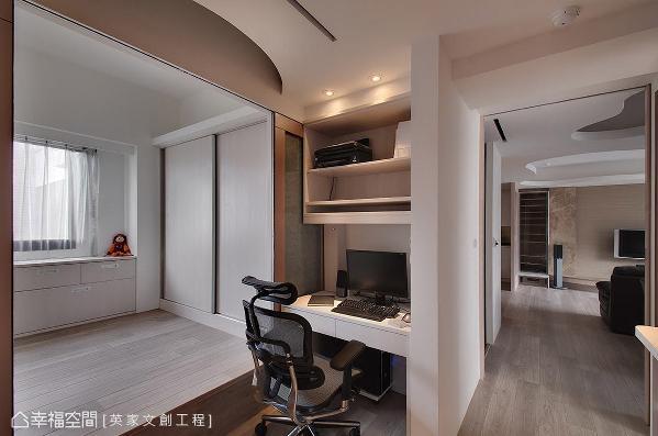 卸除客房原有的实体墙后,空间的释出让视野更为辽阔,而基于隐私考虑,特别在书桌旁设计一道隐藏式拉门,供休憩使用。