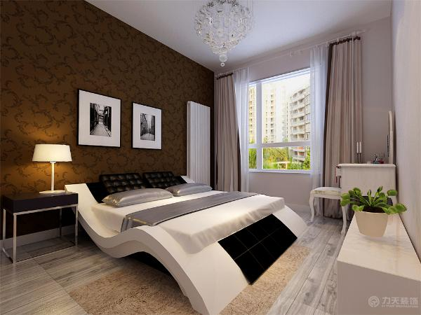 主卧室床头背景墙贴深棕色的现代花纹壁纸,搭配两幅黑白挂画,床的形状更是别具特色,呈现了流线型造型的柔美,同样延续了前面黑白灰的主色调