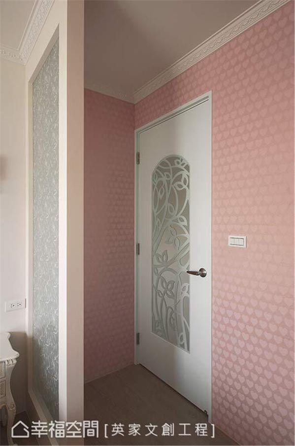 进入女孩房的卧眠区前,设置一道屏风来化解对床的风水与格局限制。