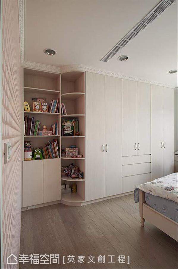 床尾的整面式柜体,集结了展示与收纳等机能,并于转折处以圆弧导角设计,消弭直角产生的尖锐感。