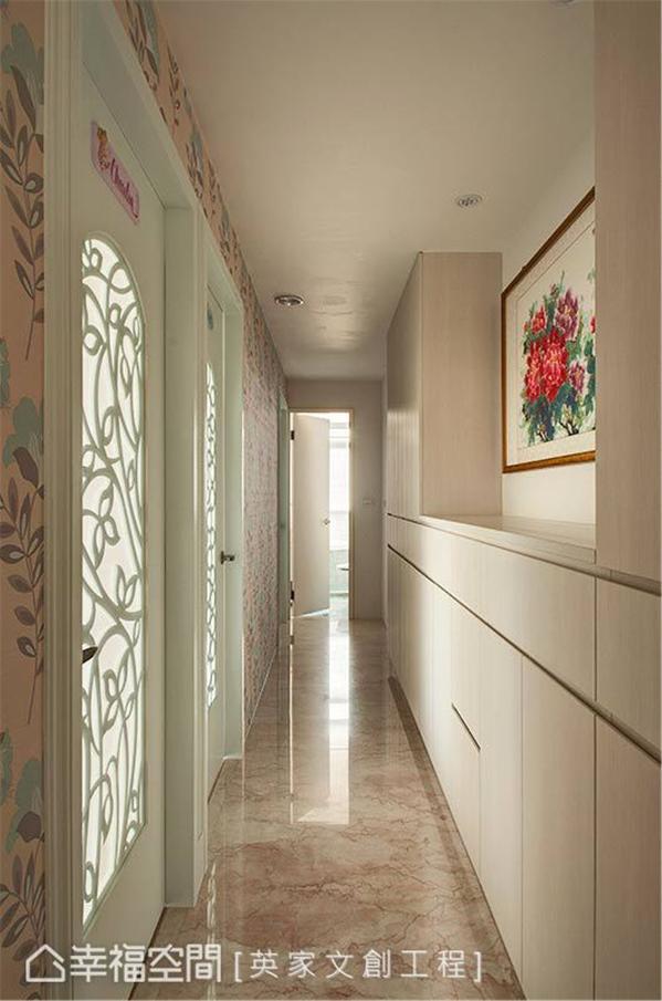 由雕花造型与夹砂玻璃所构组的门片,让狭长廊道立即明亮起来,华美的图腾设计也为空间添色不少。
