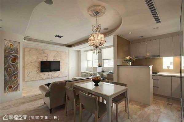 设计师陈湘玲透过事前的规划,将客厅与餐厨区构筑于同一面向,并采开放的方式呈现,除了拉长视觉疆界,也铺呈空间的层次感。