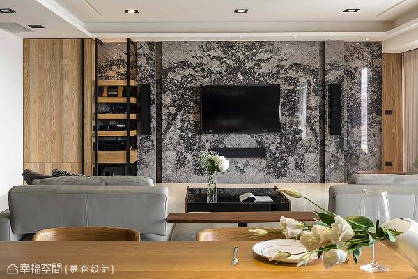 以踏雪寻梅大理石打造主墙,让电视和音响设备和谐融入空间中,搭配木皮、铁件材质点缀,展现日式禅风混搭工业风的设计手法。