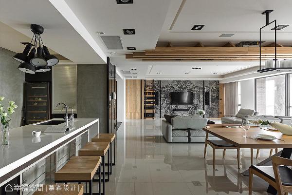 餐厅天花板以木作呈现格栅造型,为开放式的公领域带来无形的场域界定,避免阻碍空间视线的延伸。
