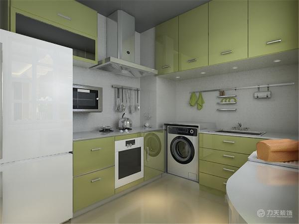 厨房整体十分透亮,橱柜的造型比较简单,豆绿色的烤漆玻璃,极具时尚感。