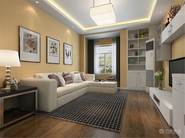 米色布艺的L型沙发与紫色抱枕,具有时尚感,沙发背景墙用三幅现代感强的挂画装饰,电视背景墙没有造型,主要是具有造型的储物组合柜,实用性强且美观。