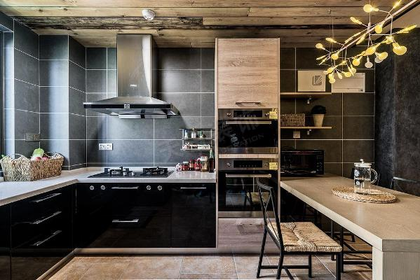 格局规划:客厅、开放式餐厅、开放式厨房、书房、主卧、次卧、客房、主卫、客卫主要建材:炭木、锈铁件、石材砖、黑镜、质感涂料、订制家具、艺术画作业。