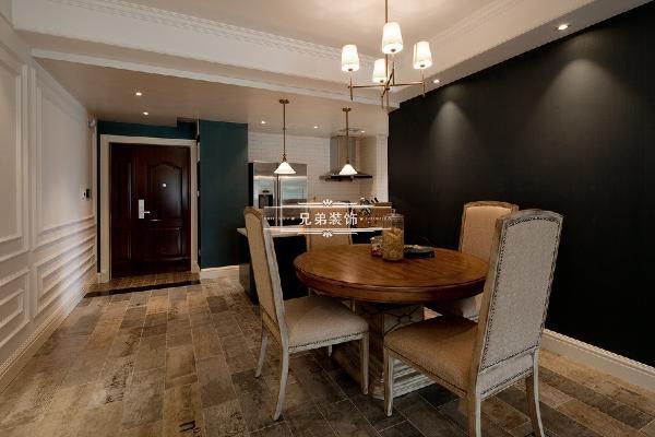 进门右边整墙采用白色护墙带来层次感,客厅餐厅空间左边墙体采用深色涂料进行跳色处理,地面采用浅色木地板为客厅餐厅升温。