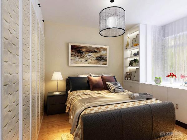 室内布置是以咖、白色家具为主,对比色比较强。客厅的电视背景墙是以石膏线圈边,将壁纸与茶镜的融合,凹凸有致,立体感较强,墙体是以白色壁纸为整体
