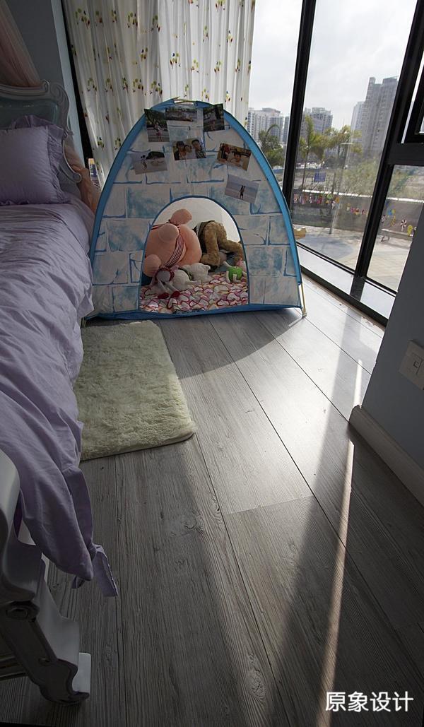 俏皮的帐篷和可爱的公仔,在片小空间里思索与玩耍,乐趣无穷。