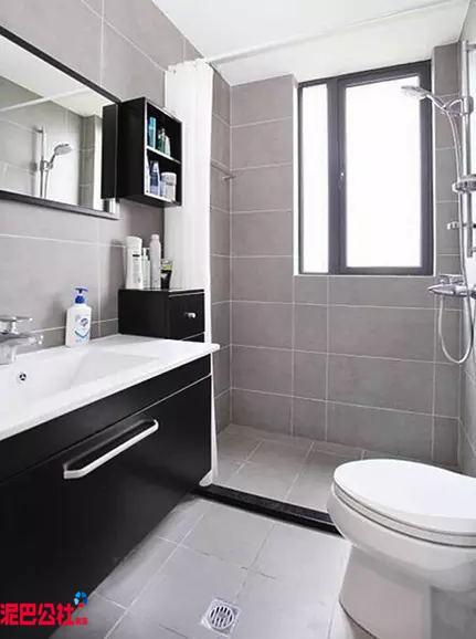 卫浴空间的设计,比较的简单、清爽。内部以浴帘来进行干湿区分离。在洗漱台上,所有的清洁用品整洁有序的摆放着,给人很舒服的感觉。
