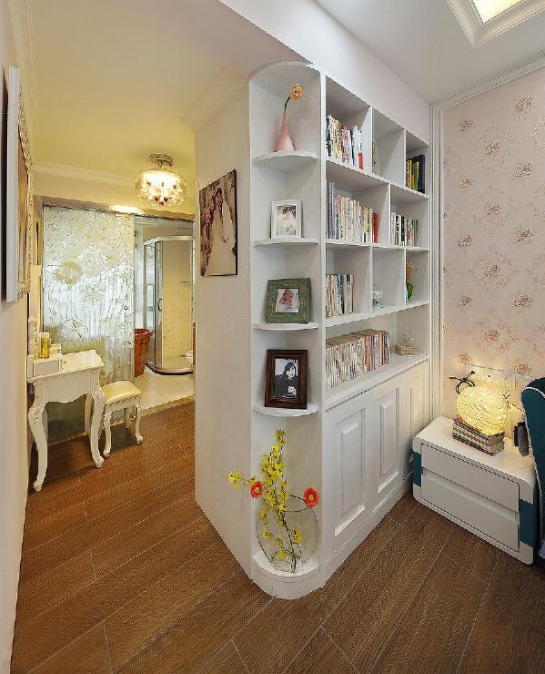 上下手提电脑的梦这种飘窗的扩大设计让无数个客户最后都成为最喜欢的一角,卧室的白色收纳柜 摆满了书籍 有情调二不失雅气。