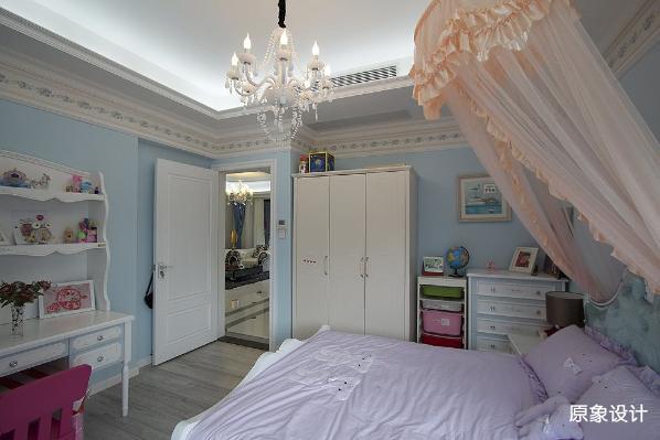小公主的卧室,欧式水晶灯、华丽公主床,紫色薰衣草紫瞬间将人带到普罗旺斯的花海,蓝青色的墙板不仅贯彻主题,还流露一丝俏皮。