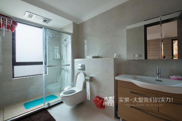 老人房卫生间注重防滑设计,以保障老人的使用安全。
