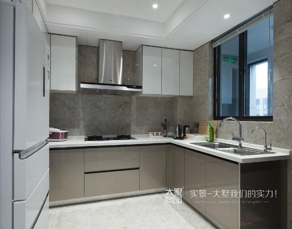 中厨是封闭式厨房,用以制作中式佳肴,墙面用浅灰色的大理石进行铺贴,柜门用灰色烤漆板,简约时尚。