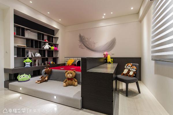 将空间一分为二,创造出睡眠区和书房区,结合架高的木地板设计,还形成舒适的休憩角落。