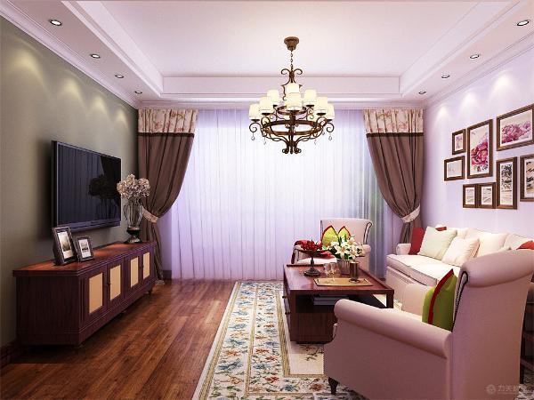 首先我们看客厅,客厅用回字形吊顶加脚线装饰,中间是美式特有的吊灯。沙发墙以挂画为主,加筒灯装饰。