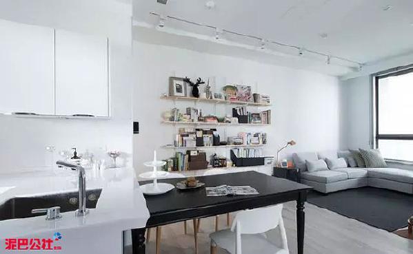 设计师将空间高度的利用最大化,包含厨房电器柜、卧室储藏,所有柜体皆向上延伸,除了增加收纳量,整体视觉更显清爽一致。