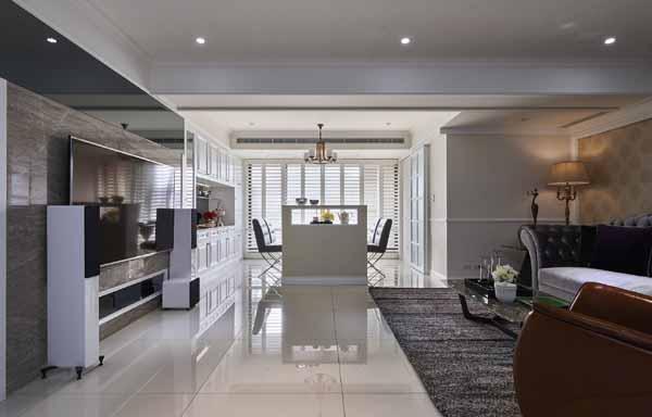 电视墙的质材选用以欧洲灰木纹大理石和灰镜,呈现稳重质感;沙发背墙则使用带有欧系华丽感的驼色图腾壁纸作呼应。