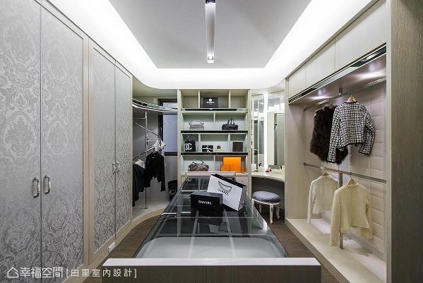 透过中岛柜的设置,搭配绷皮革手法,打造出精品店VIP室的顶级氛围。