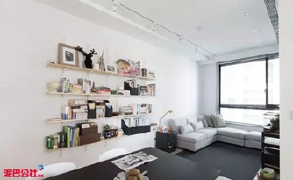 客厅里的木质书架是主人最爱,先下之余还能坐下阅读提升自己,平日里收藏的小物件摆放在上面也别有一番滋味。