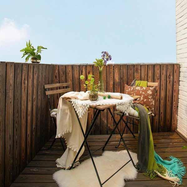 露台,用白色文化砖和防腐木做对比,非常有休闲感,绿色的植物更衬出春天的感觉。