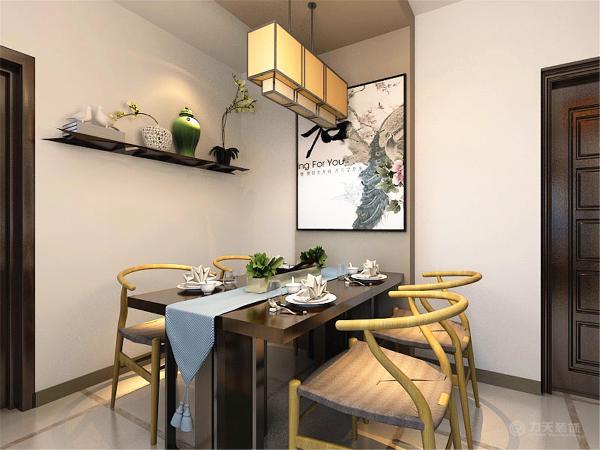 由于空间较大,阳台区域也放有两个座椅和一个小茶桌,业主可以在这里看看书,看看风景,或是和好友喝喝茶!餐厅放置了四人餐桌,一边的墙上挂有装饰画,餐厅的另一边墙,放了一个木质装饰板,用来摆放一些装饰品