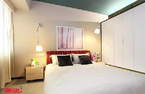次卧是客房空间,设计的则比较淡雅。家具也不多,为的是让空间更简约更实用,客人住在里面比较舒适。