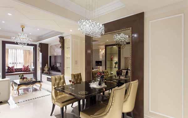 主墙由咖啡色、金色镜框到茶镜,不仅与玄关天花板连结,也展现出奢华层次。