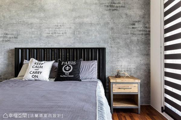 床头背墙铺贴壁纸,呈现出水泥墙原始斑驳的视觉效果,围塑出精致的工业风元素。