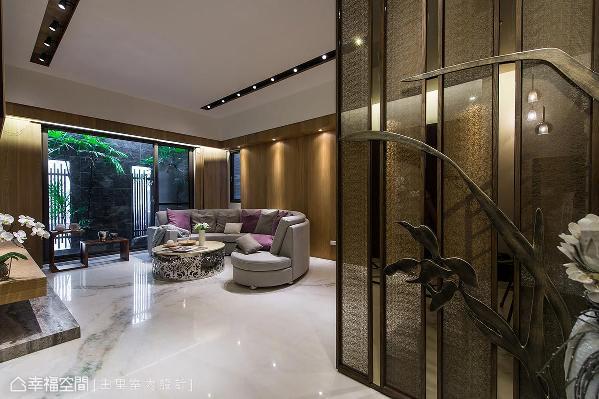 利用铁件和夹纱玻璃创造出隔屏效果,结合兰花造型雕刻,形成一道美丽的屏障。