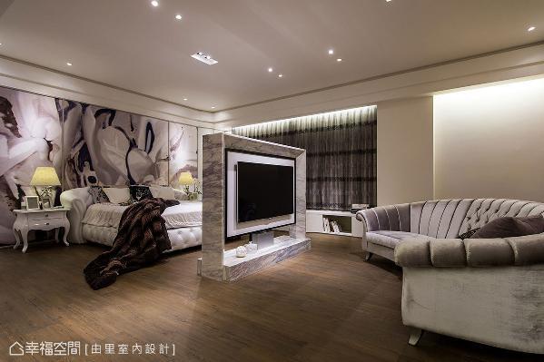 半高中岛大理石电视墙,保留两侧和上方的穿透视线,形成循环的回字动线,将客厅、卧眠区、卧榻区紧密串连。