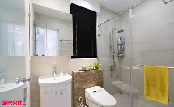 卫生间进行了干湿分离的设计,入墙式的马桶节省空间