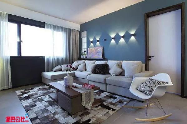 沙发背景墙处的灯光造型独特,富有艺术感,也算是客厅空间的一抹亮色。内部采光也很好,整体显得明亮通透